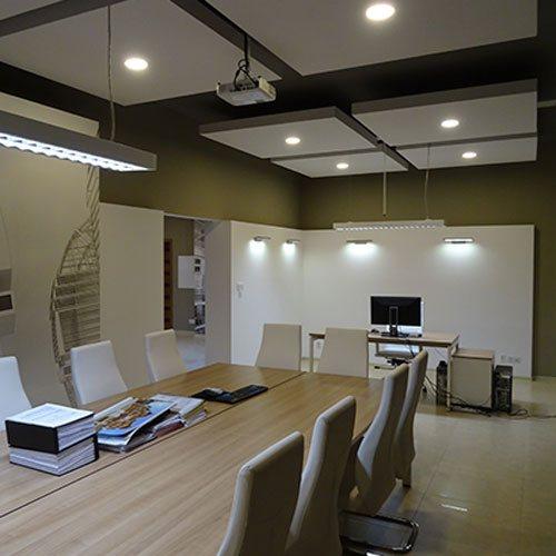 przestronna sala konferencyjna wykończona na pastelowo