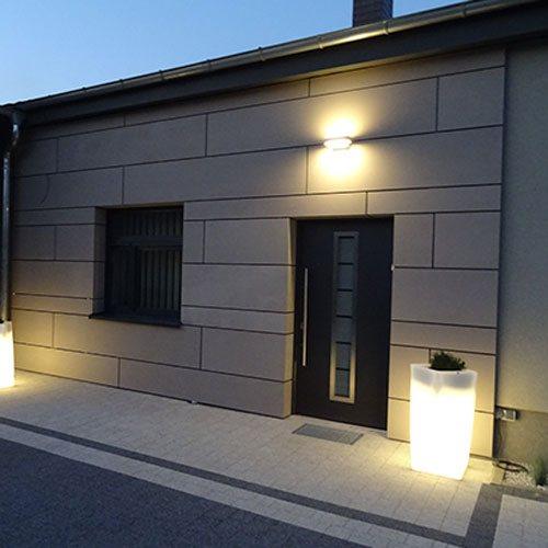 iluminacja elewacji budynku o zmroku
