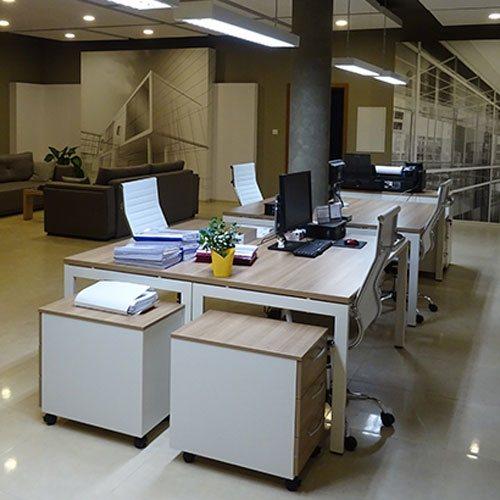 wygodnie wykończxone stanowiska do pracy biurowej w przestronnym pomieszczeniu