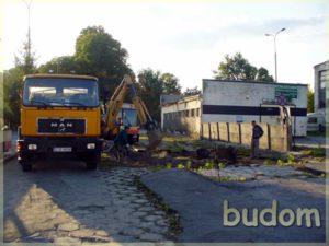 koparka przygotowuje plac budowy