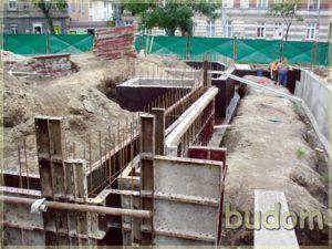 wylewanie fundamentów naplacu budowy