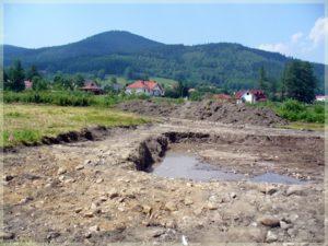 wykopany dół naplacu budowy