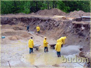 robotnicy podczas prac przygotowawczych podbudowę fundamentów
