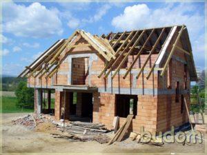 surowe ściany budynku ielementy konstrukcyjne dachu