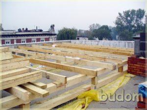 drewniane konstrukcje nabudowie kamienicy