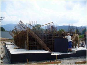 budowa dachu przy fundamentach