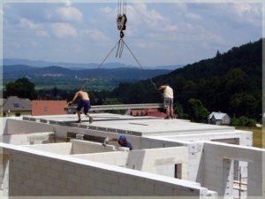 robotnicy podczas prac budowlanych