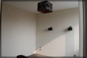 przytulny pokój wkremowymi ścianami