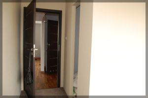 drzwi nakorytarzu nowoczesnego budynku
