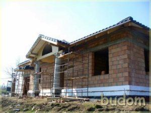 budynek mieszkalny przedwstawieniem okien