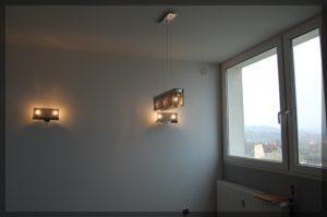 widok naokno iozdobne oświetlenie wprzytulnym pokoju