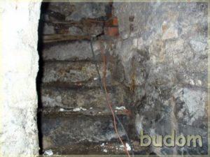 ściana wymagająca renowacji