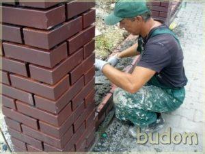 robotnik podczas prac montażowych ogrodzenia