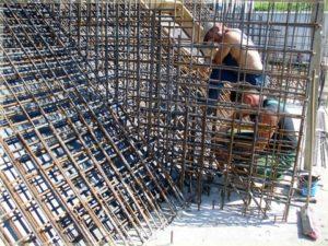 pracownicy podczas prac budowlanych