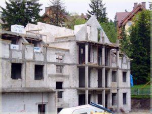 surowe ściany wielopiętrowego budynku