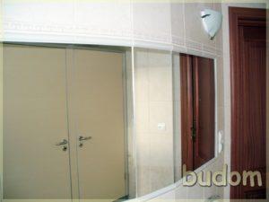 łazienka ześcianą zlustrami wteatrze Jeleniogórskim