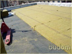 kładzenie dachu nanowym budynku