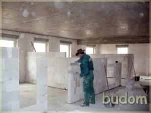 pracownik podczas stawiania ścian działowych