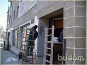 pracownik podczas wykańczania budynku