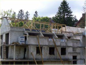 surowe ściany budynku