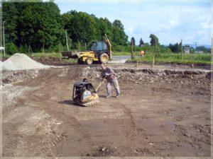 pracownik ubijający powierzchnię