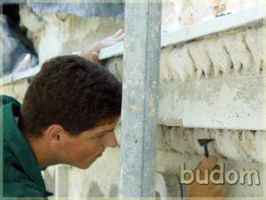 pracownik przy renowacji