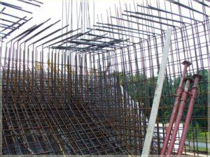 metalowe zbrojenie konstrukcji domu nagłowie