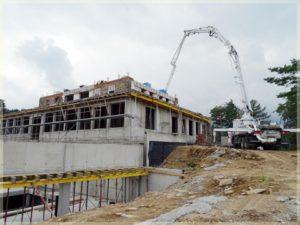 widok nawylewanie betonu nawyższych kondygnacjach hotelu