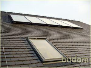 dach pensjonatu zoknem izamontowanymi panelami słonecznymi