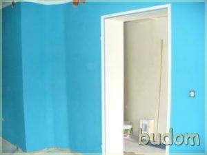 pomieszczenie zbłękitnymi ścianami