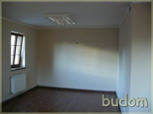 słoneczne pomieszczenie zwykończonymi ścianami