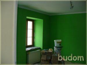 wyremontowane pomieszczenie zzielonymi ścianami