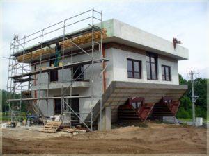 dom nagłowie podczas budowy