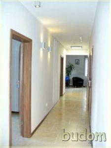pastelowo wykończony korytarz zpunktami świetlnymi