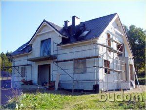 budynek zespadzistym dachem