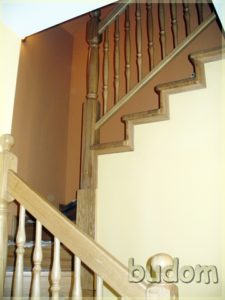 wykończone drewniane schody wraz zporęczami