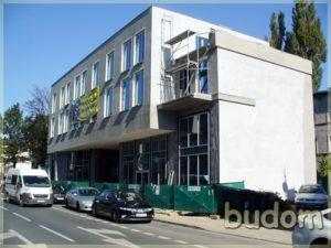 nowoczesny budynek zdużymi oknami