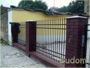 metalowe ogrodzenie przy budynku TV dami