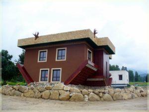 dom nagłowie widok naścianę zoknami