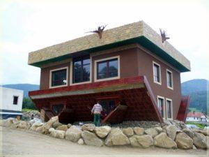dom nagłowie zwystającymi korzeniami