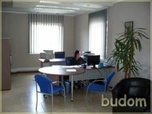 wykończone pomieszczenie biurowe