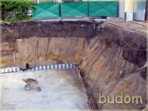 prace nabudowie przy wylewaniu fundamentów