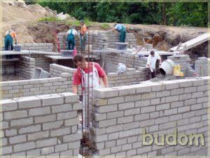 robotnicy naplacu budowy