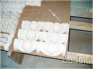 prace przy renowacji płaskorzeźb