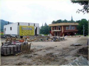 dom nagłowie otoczony placem budowy