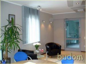 przytulne minimalistyczne wnętrze zeskórzanymi fotelami ibladoniebieskimi wertikalami