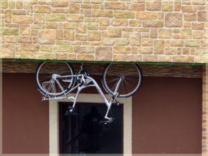 rower przmocowany naddrzwiami wdomu nagłowie