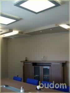 sala konferencyjna wpastelowych odcieniach oświetlona mlecznym światłem