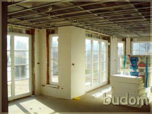 słoneczne pomieszczenie wnowym budynku