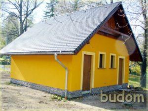 żółty domek zespadzistym dachem